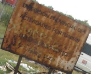 *El cartel no dice PROHIBIDO ARROJAR BASURA, sino que vetusto reza el nombre de la autoridad zonal.