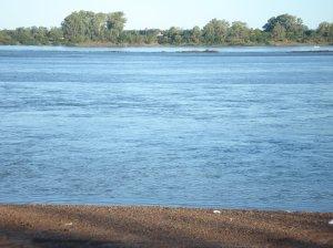 Una vista del ancho río al atardecer. Los peces allí aun salen sin tanta contaminación, no dejemos que esto cambie, ayudemos a mejorarlo entre todos.