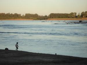 Hermoso atardecer ese día en un paisaje perfecto, el río apacible parece espejado por el ángulo de incidencia del sol.