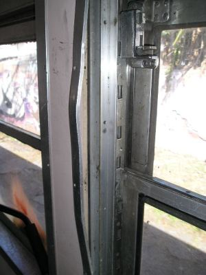 Asientos y ventanas rotas, por meses y años, indican falta de mantenimiento. La gente tampoco es proclive a cuidar. No hay instrucciones, ni cuidado. La gente tira la basura por cualquier parte, inclusive por la ventanilla al andar el tren.
