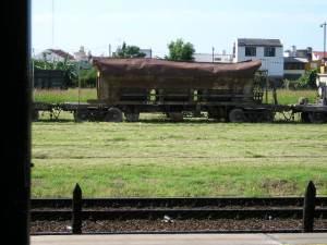 Vagones enteros sin mantenimiento, algunos podrían ser de otras líneas de ferrocarril.