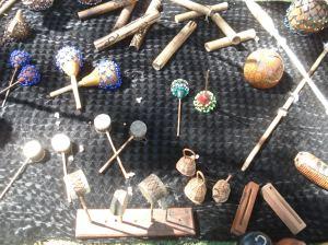 Instrumentos para producir el sonido apropiado para acompañar las canciones en la practica del CAPOEIRA.