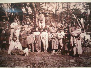 Como una muestra de la cultura desaparecida, algunas fotos llegaron a esttos días para mostrar, vivo no quedó ninguno. El avasallamiento, la apropiación de sus tierras, las matanzas sucesivas hasta por deporte, el cerco mortal, terminaron con estas poblaciones nativas, a manos de los europeos.