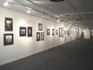 Cuadros con fotos y un video. Exposición de libros del tema.