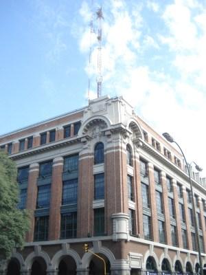 En la esquina de Venezuela y Paseo Colón. Las antenas vienen invadiendo toda clase de edificias, públicos y privados.