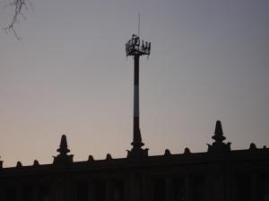 Antenas gigantescas nos acechan en las terrazas, en los techos, en los barrios, en la ciudad.