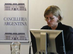Lectura de programa de la jornada y presentaciones diplomáticas. Gracias Silvia.