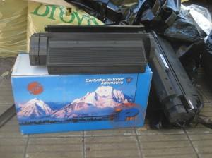 Cajas conteniendo contenedores de toner. Ambos elementos atractivos son trampas que invitan a respirar el contaminante.