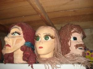*Máscaras y grandes caretas complementan la exhibición.