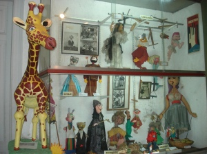 *La girafa, las vitrinas, los adornos, los muñecos, los recuerdos.