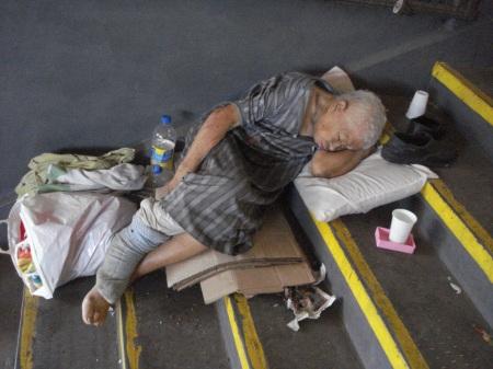 A mi edad dormir en la escalera no, es demasiado. Además de noche hace mucho frío. Algunos me dan una moneda, una gaseosa, una empanada. ¿Nadie me va a dar una mano?