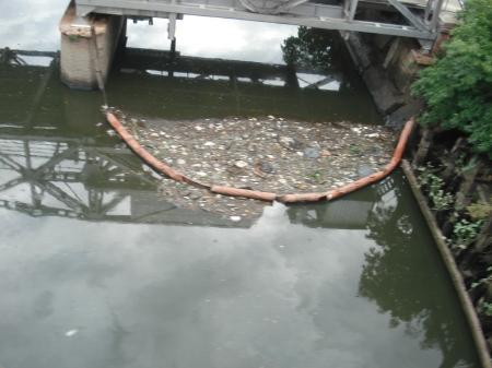 Un sistema económico muy primitivo para recolectar los sólidos flotantes, la manguera, sin mantenimiento, no funciona.