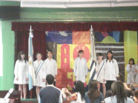 Abanderados por mérito portan orondos las banderas de Argentina y Uruguay.