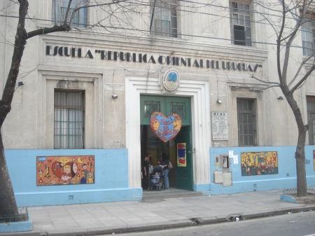 Foto parcial del frente de la Escuela República Oriental del Uruguay.