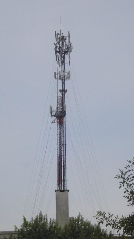 Las antenas que contaminan a la gente deben ser retiradas. Unos 450 metros de acuerdo a la intensidad de las emisiones. Por ahora no se tiene en cuenta la duración de las emisiones que tanto incide, sino apenas la intensidad y distancia.
