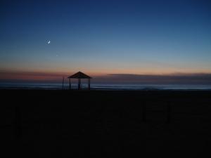 Amanecer en la ciudad costera y balnearia.