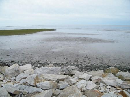 En tres fotos una panorámica del lugar. Un parque costero: el concedido a las termas. Una playa que crece, una costa que se expande para ganar terrenos a la playa y a su mar. Y por fin la inmensidad de la playa que nace para dirigirse rauda hacia el sur. Sin paredón.