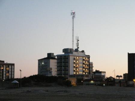 Antenas en la cima de un hotel. Pueden sus ondas electromagnéticas ser contraindicadas al momento de la elección del sito para alojarse.