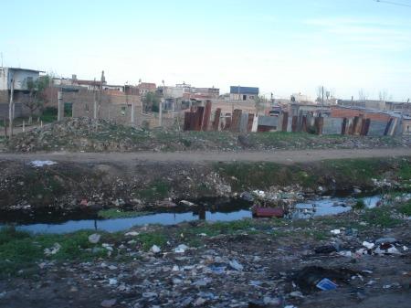 Varios kilómetros de basurales entre las casas, fotografiadas desde el movimiento del tren.