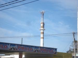 Sobre lo que parecería que era una chimenea hoy hay una enorme antena de telefonía celular móvil, que ccontamina a su alrededor, pudiendo provocar enfermedades.