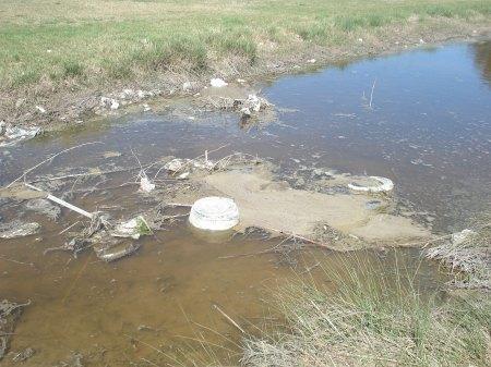 Doble responsabilidad del habitante del lugar y de sus autoridades que le deberían hacer recordar o conocer sus responsabilidades ambientales.