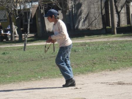 Chicos con gomera, a la caza de aves, un peligro nacional que no se está interpretando.