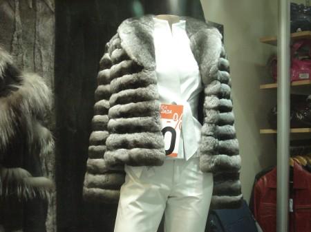 Valioso sacón deportivo de chinchilla gris oscuro con la característica que la hace una piel tan atractiva de las franjas claras y oscuras.