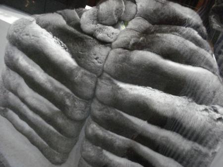 Medias pieles trabajadas en forma de estola.