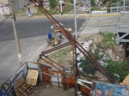 Vista del 18-10-09 del mismo sitio, que siempre está lleno de basura arrojada por carritos y camiones indicando que se genera en las proximidades, que sigue su curso al Riachuelo.