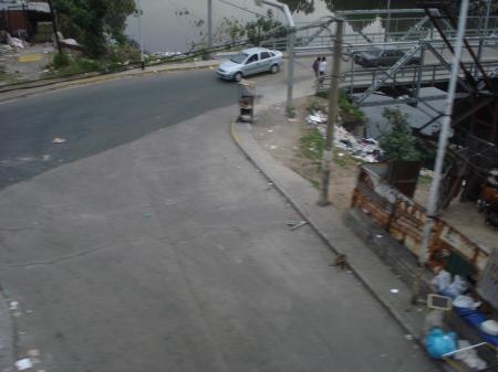 Parva de basura en el lugar al costado del puente sobre el Riachuelo que usan de vaciadero ilegal contraindicado y vergonzoso de RSU desde Avellaneda arrojando desperdicios a diario en cantidades crecientes en cualquier horario. Foto de Pablo Luis Caballero, actual: 22-10.2009.