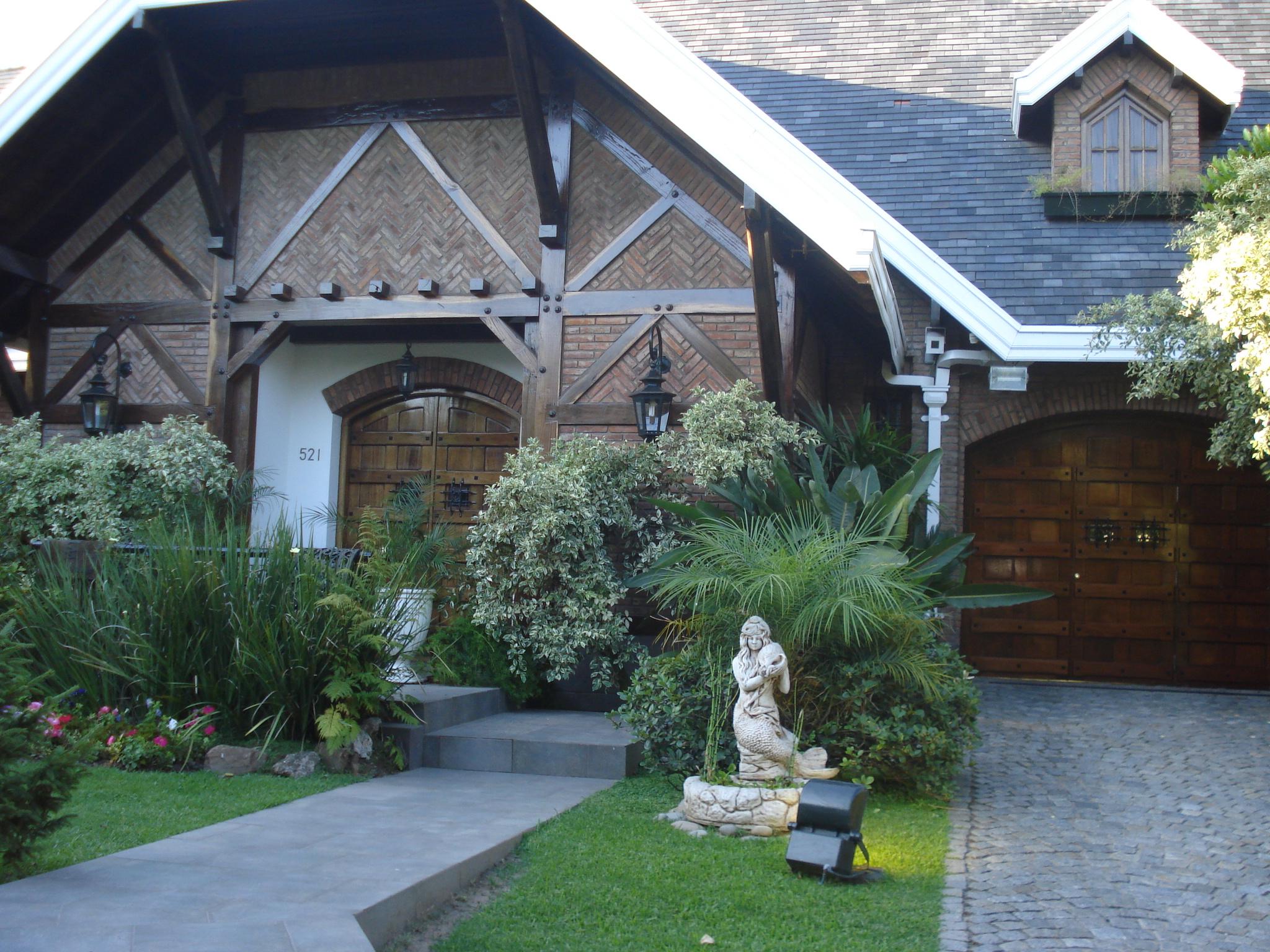 Hermosas casas, mantenidos jardines, autos modernos, dista mucho de la