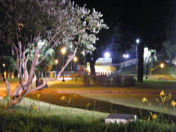 Las bellezas del parque no se deben a esta administración de la ciudad, que con presupuestos no difundidos, lo reparó varias veces, sino al tiempo transcurrido que brindó el crecimiento de las plantas, sin rejas. Ahora está preservado para que nadie lo use. Especialmente de noche, tras las rejas, un bello parque, sin alegría.