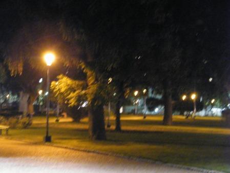 Fotos de Parque Centenario, lindo, prolijo, sin gente, nadie jugando, con horario tras las rejas. Una pareja y yo, temprano todacía, recibimos el amable aviso de los empleados del parque, de que ya hay que retirarse, pues van a cerrar.