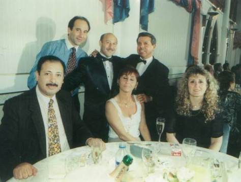 En la foto se ve al Juez Oyarbide, el que dictaminó en tiempo récord que el crecimiento patrimonial exponencial del matrimonio presidencial estaba bien, posando sonriente en la casa en Cancún del proxeneta Raúl Martins, el prófugo proxeneta ex-SIDE de Argentina. A su lado se ve a Buscaglia, el Jefe de Moralidad de la Policía Federal.